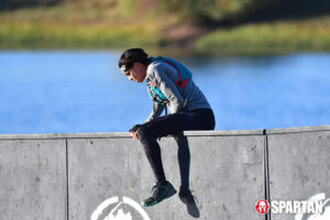 amirra besh climbs over wall spartan race